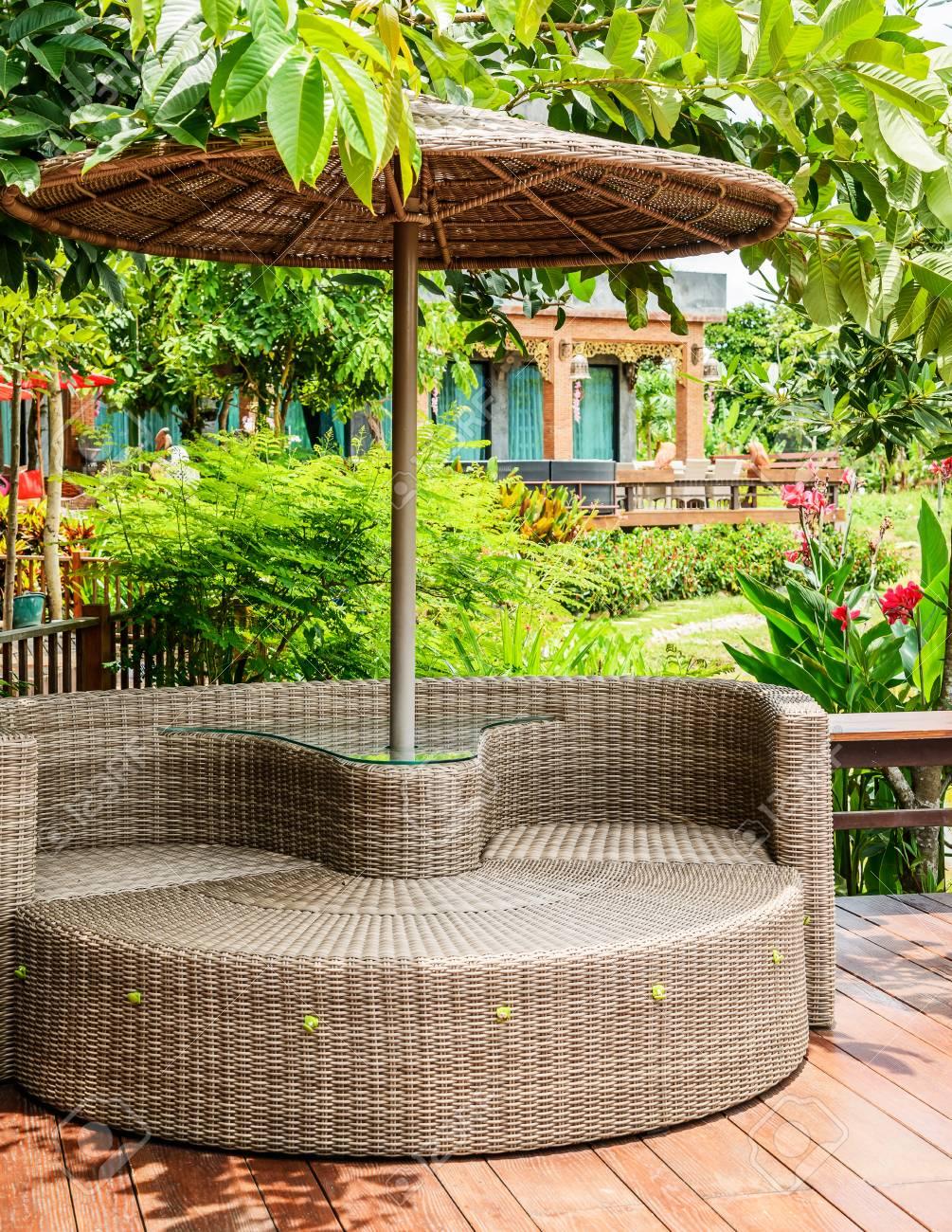 Modernas Sillas De Plástico Para Muebles De Mimbre En El Jardín, Se ...