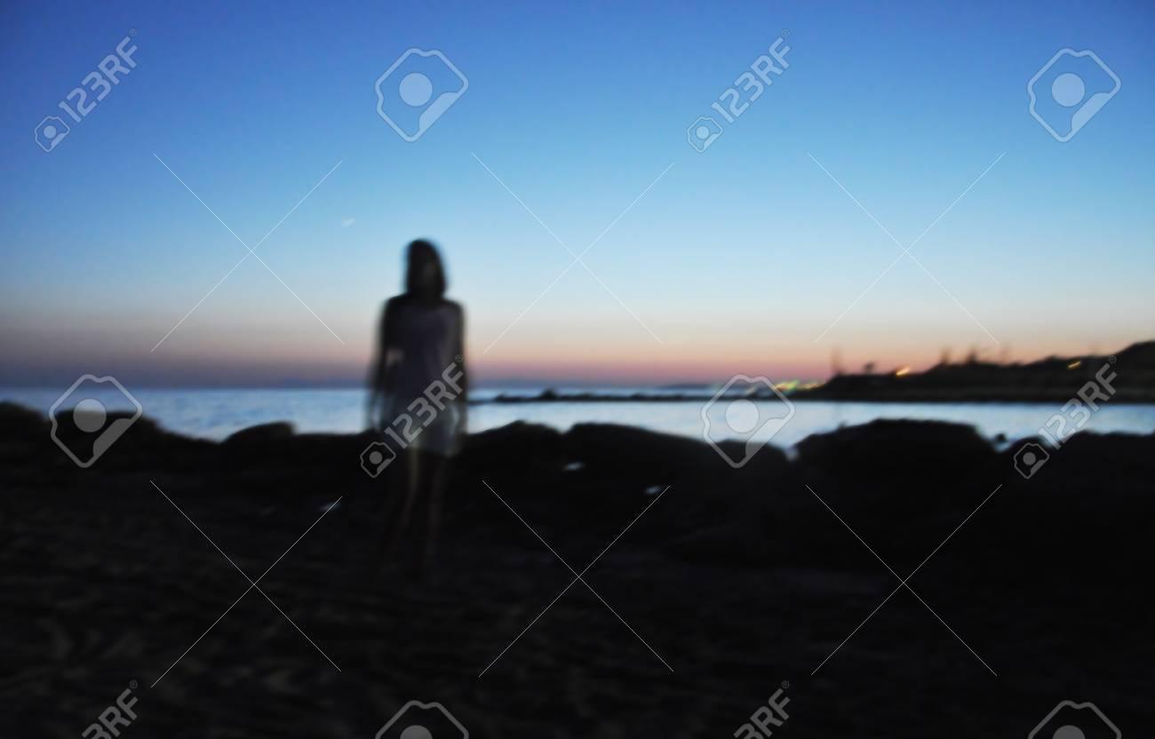 Immagini Stock Limmagine è Sfocata Ragazza Tramonto Sul Mare