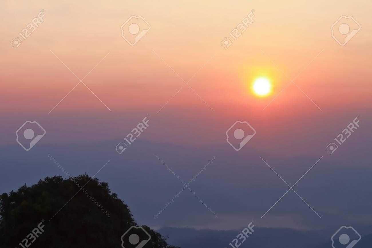 Lever De Soleil Sur Le Brouillard Du Matin Et Les Couches De La