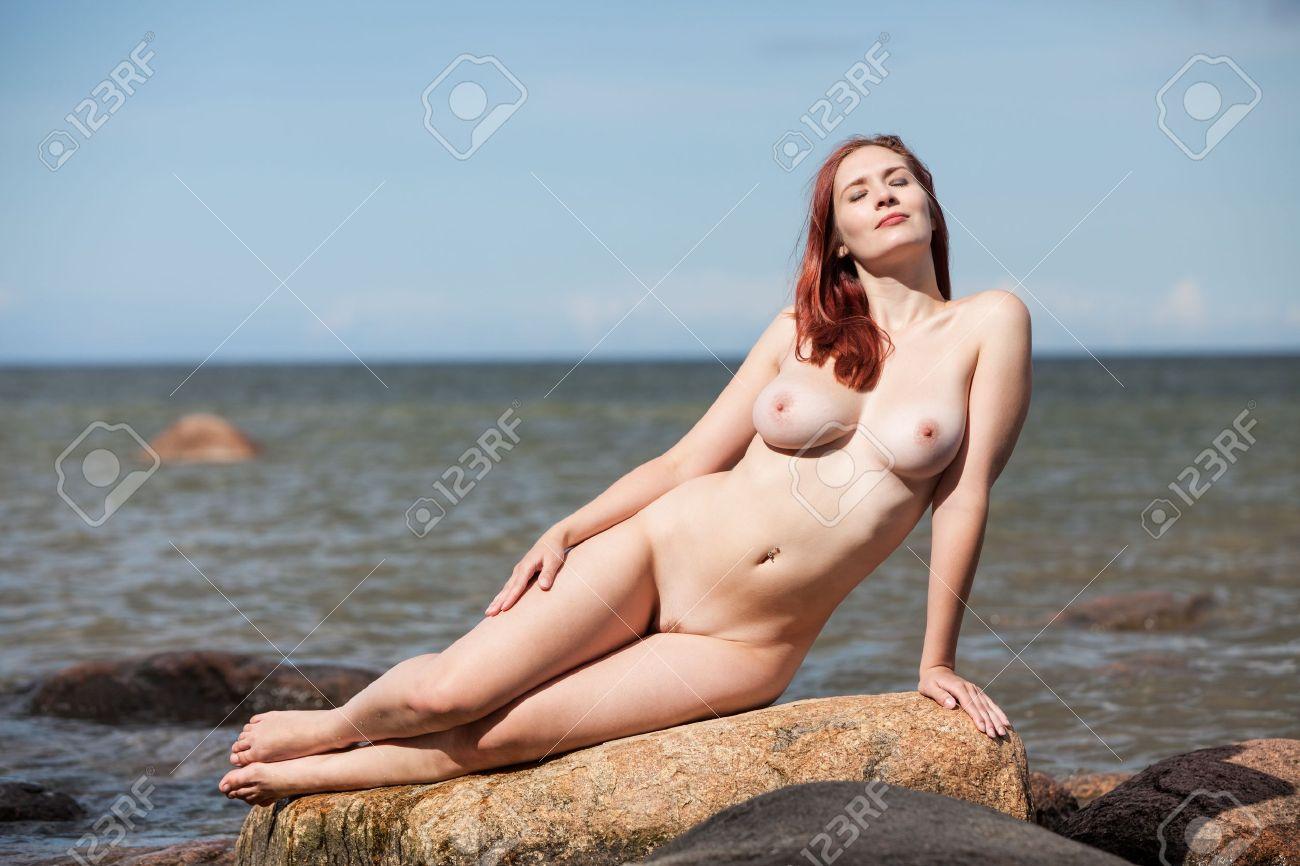 Сидит голая женщина 13 фотография