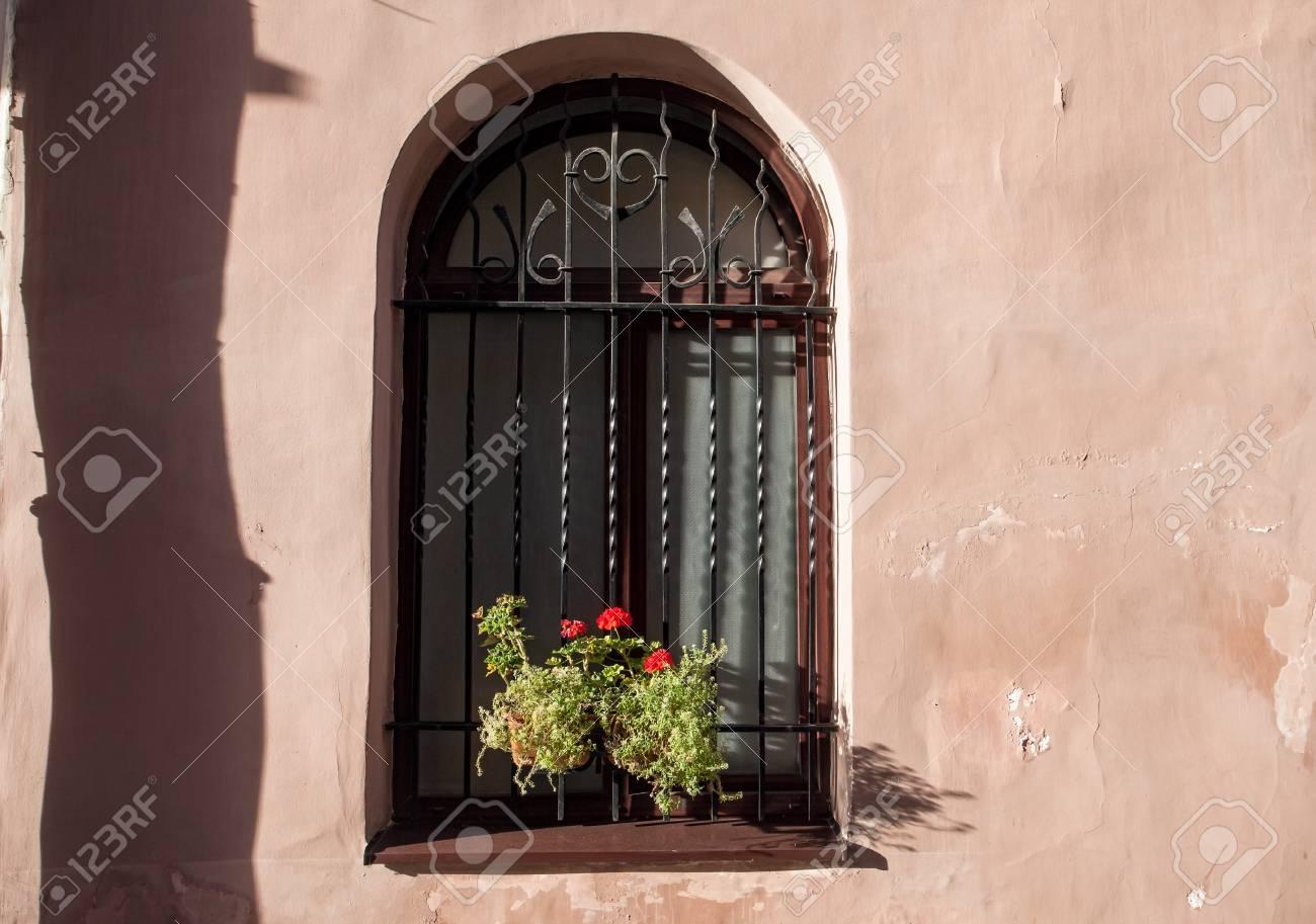 Fenster-und Blumenkasten Im Sonnenlicht Lizenzfreie Fotos, Bilder ...