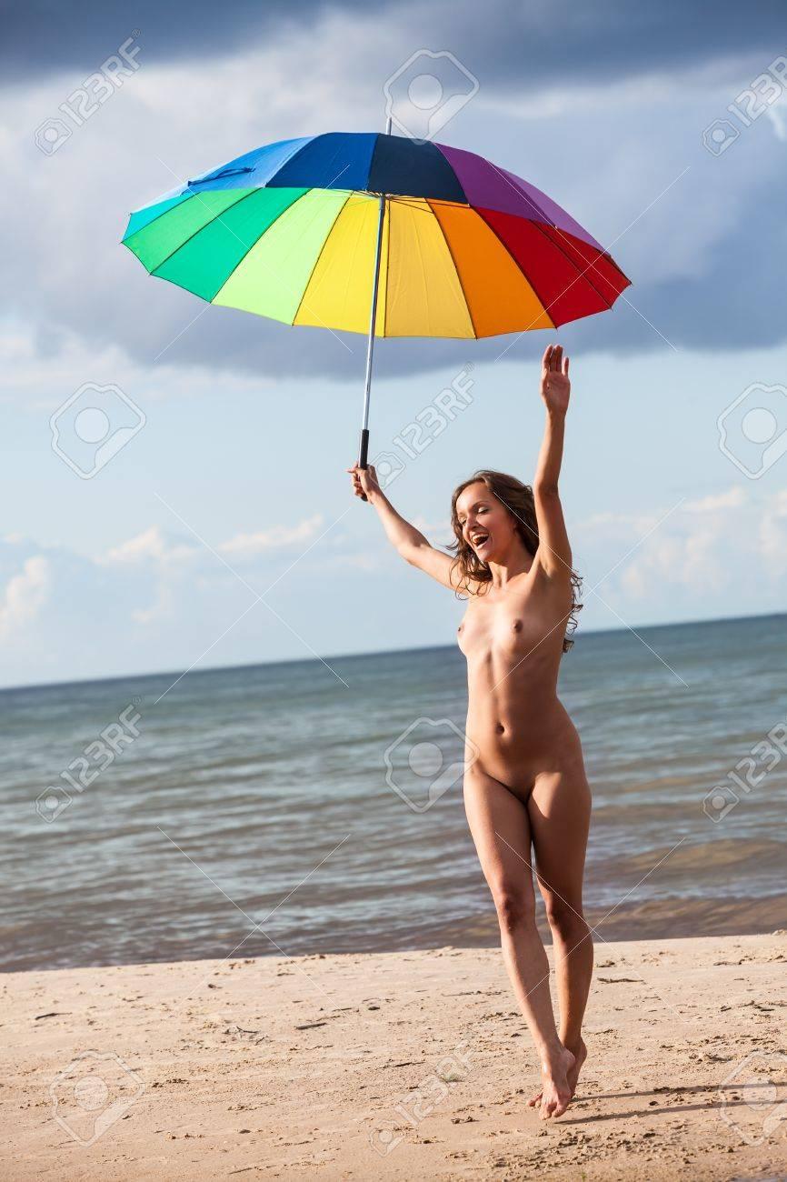 Nackt mädchen strand Schöne Nackte