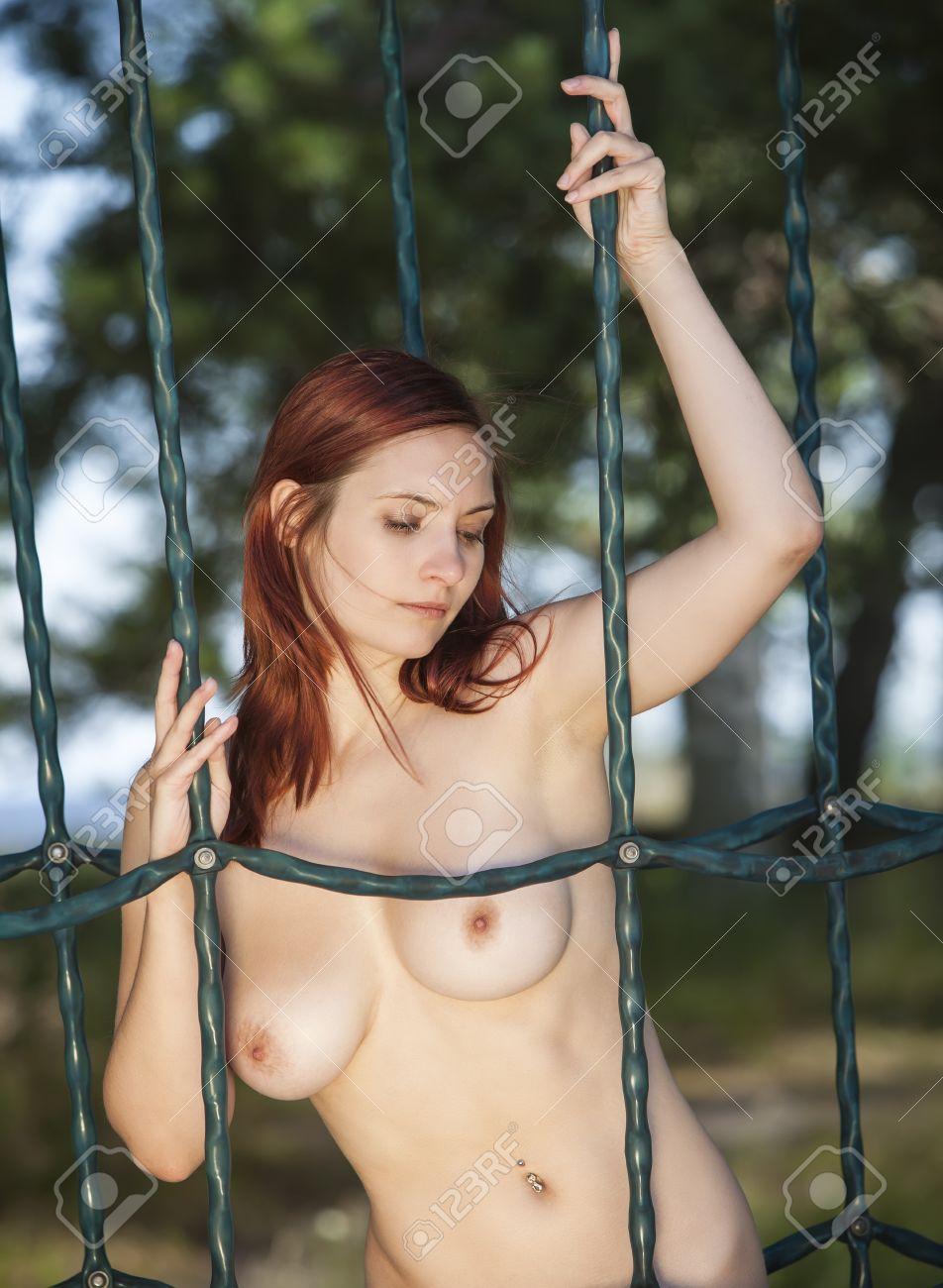 Frau nackt auf dem spielplatz