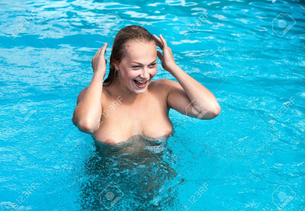 Im schwimmbad nackt Duscht ihr