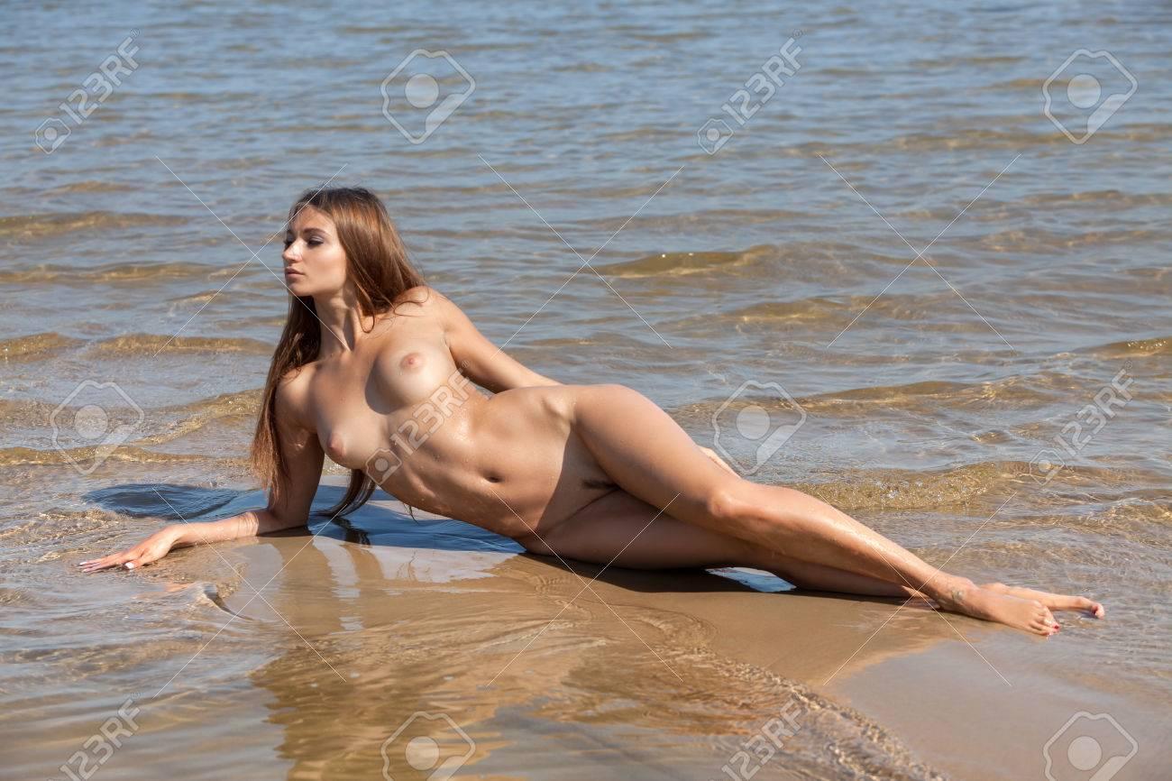 Frau draußen nackt