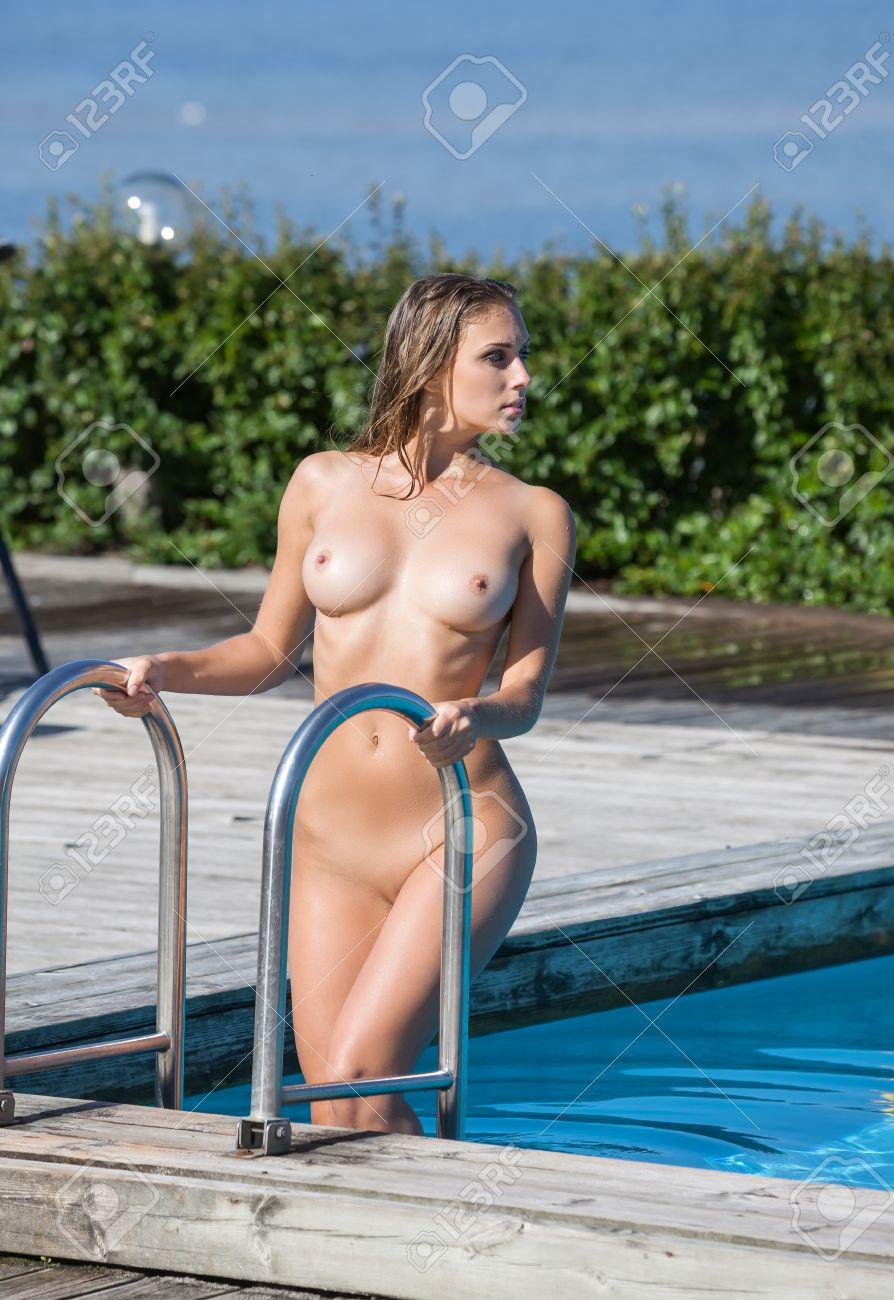 Im nackte schwimmbad frauen Nackte frauen