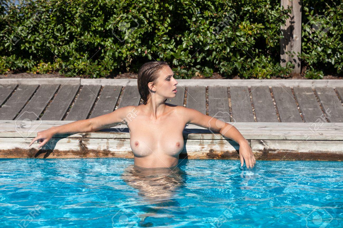 Frau im schwimmbad nackt