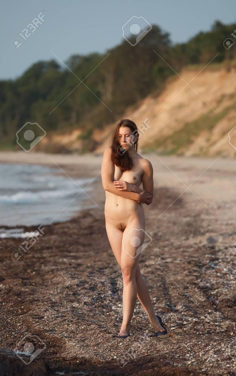 junge frauen am fkk strand