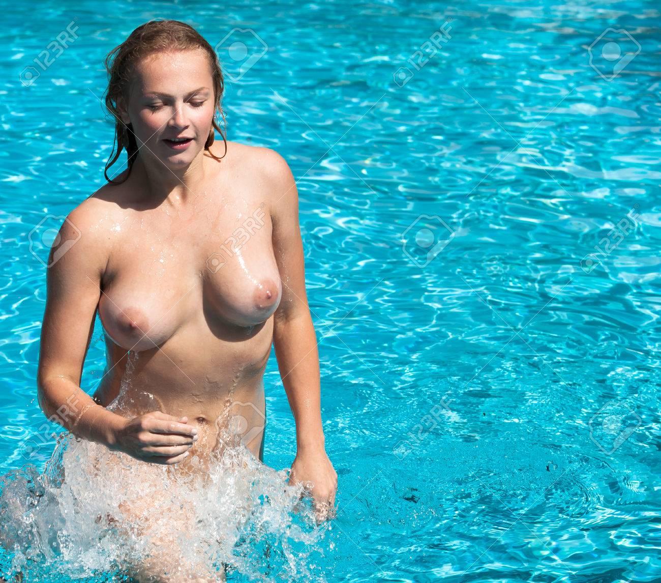 Im swimmingpool nackt Spielerische Blondine