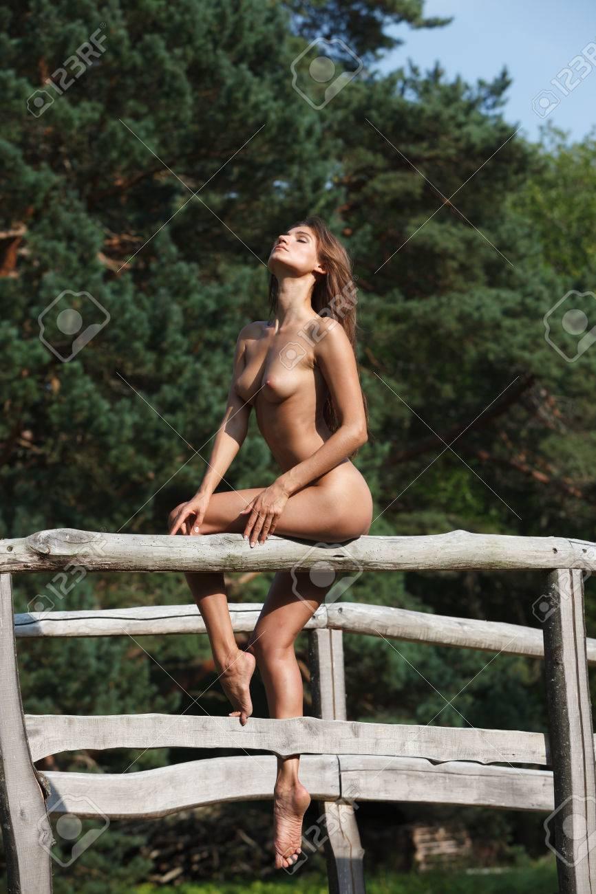 Femme Nue En Exterieur fille nue à l'extérieur apprécie la nature. jeune femme nue posant