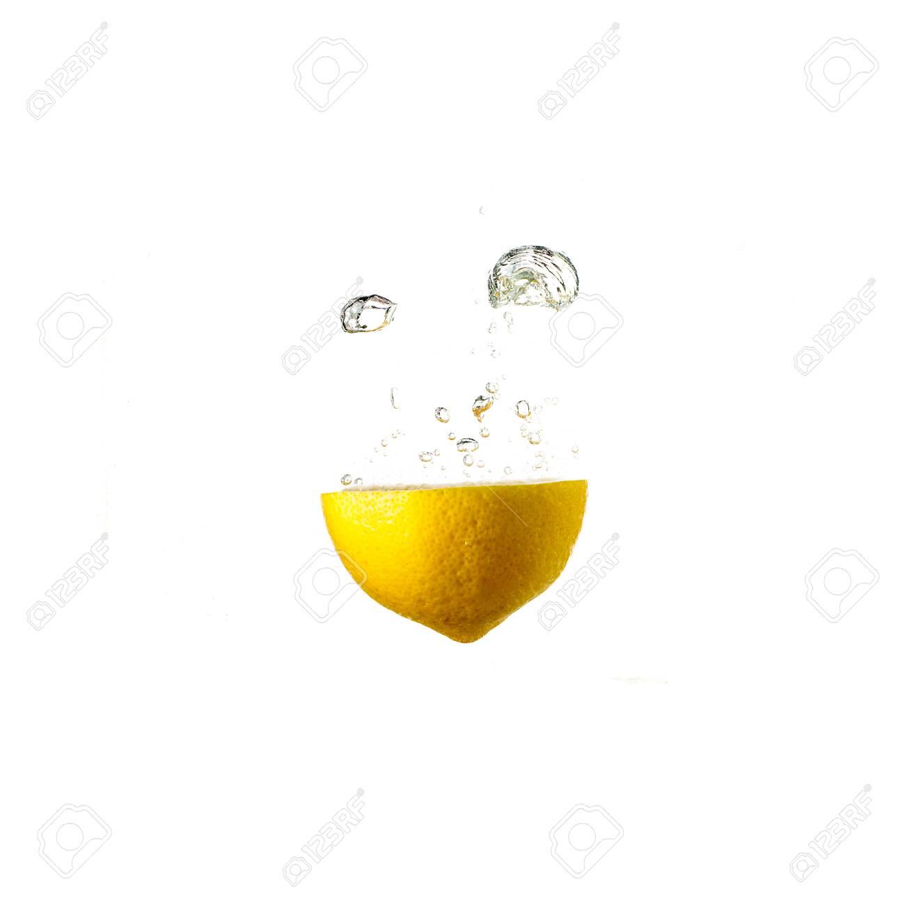 Zitronenspritzen Auf Dem Wasser, Getrennt Auf Weißem Hintergrund ...