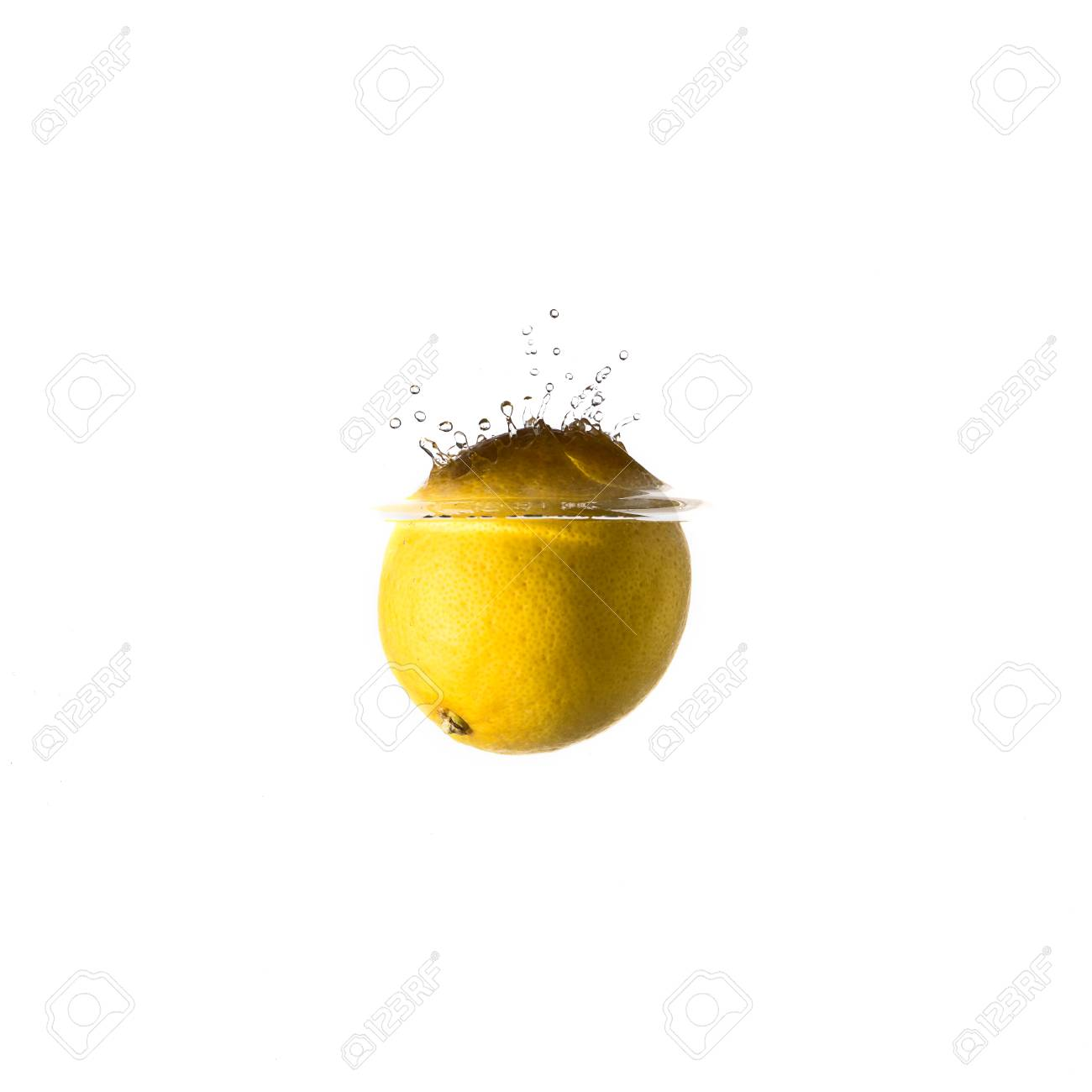 Lemon Splash Auf Dem Wasser, Isoliert Auf Weißem Hintergrund ...