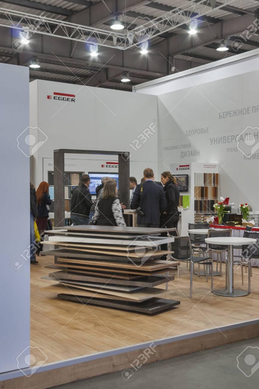 Besucher Besuchen Egger Holzmobelfirma Stand Wahrend Kiev