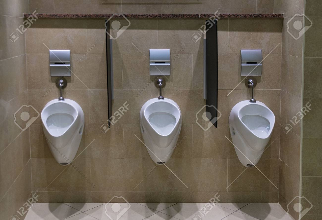 Réglez D\'urinoirs Dans Une Salle De Toilette Homme Moderne, Avec ...