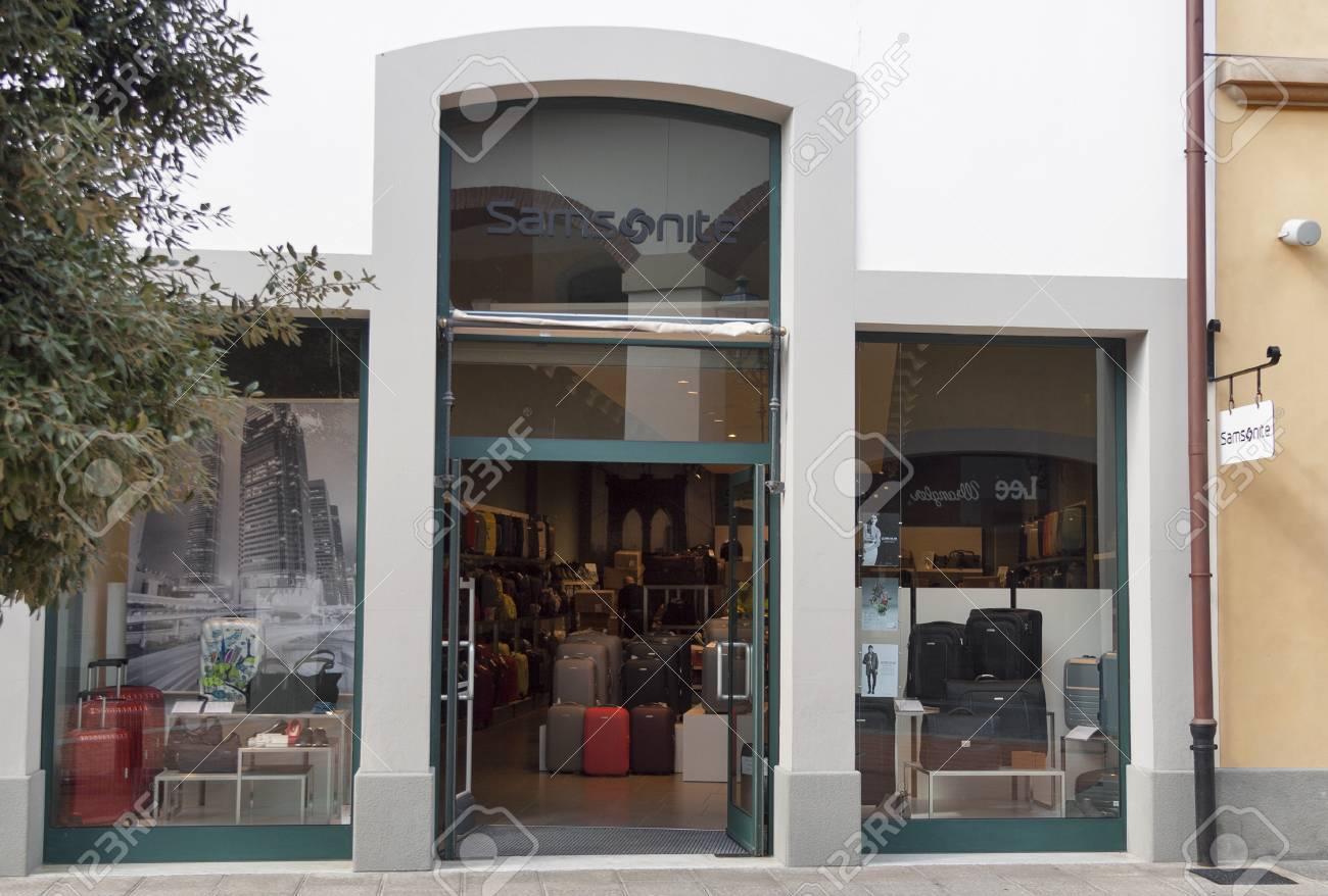 25063053ea6 MUGELLO ITALIË 11 september 2014: Gevel van Samsonite winkel in  McArthurGlen Designer Outlet Barberino de buurt van Florence. Samsonite is  een wereldwijde ...