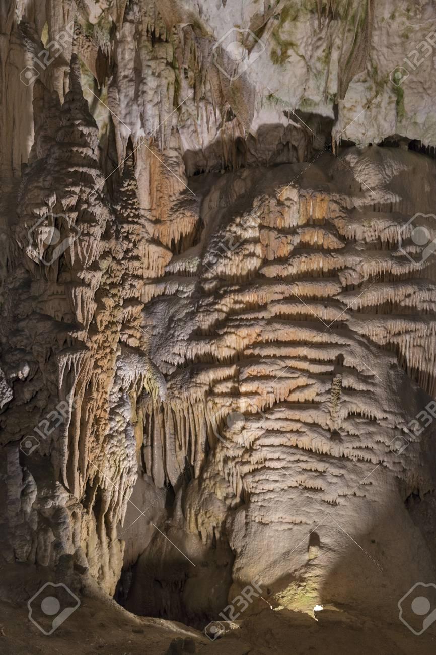 洞窟の鍾乳石や石筍の形成。ポス...