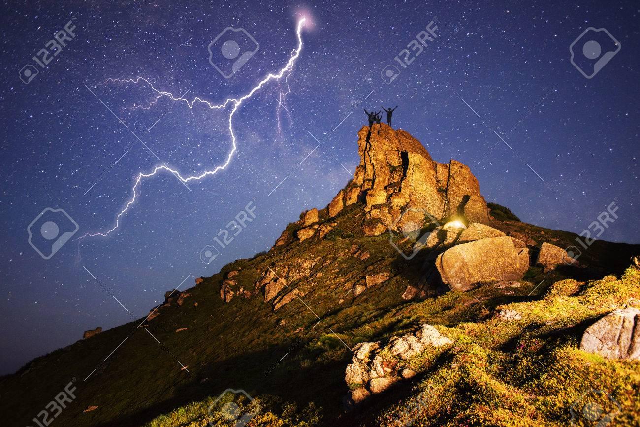 La tempesta in montagna è pericolosa illuminazione artistica