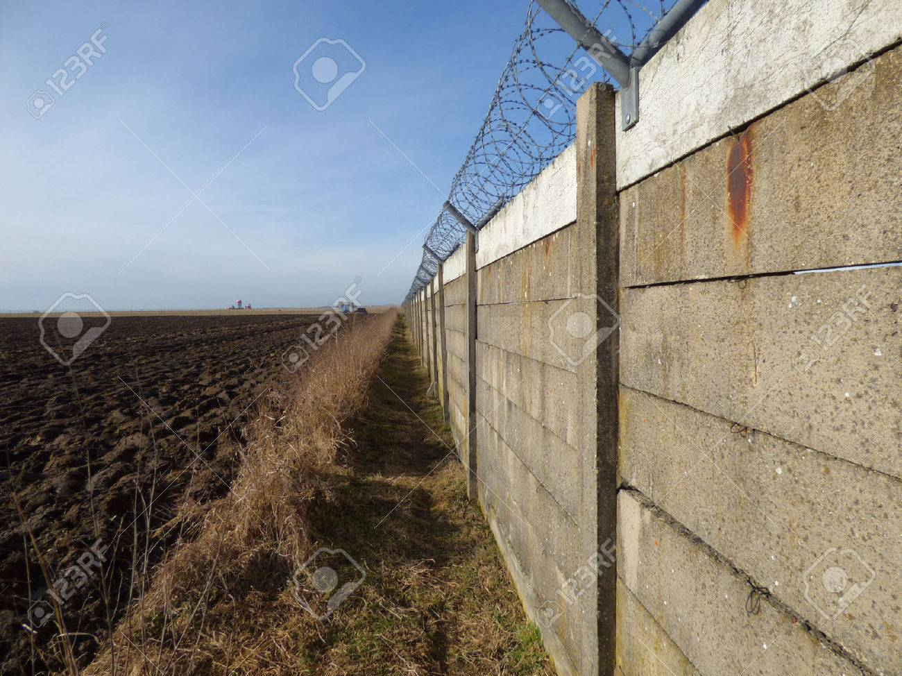 Barbed Wire Wallpaper barbed wire wall barbed wire border • apoint.co