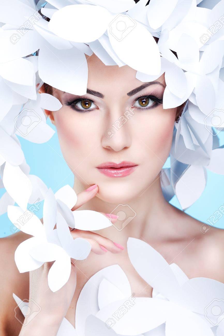 Wunderschone Madchen In Einem Hut Aus Papier Weisse Schmetterlinge
