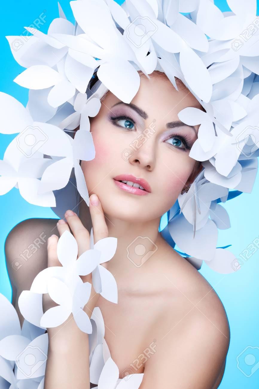 Wundervolles Madchen In Einem Hut Aus Papier Weisse Schmetterlinge