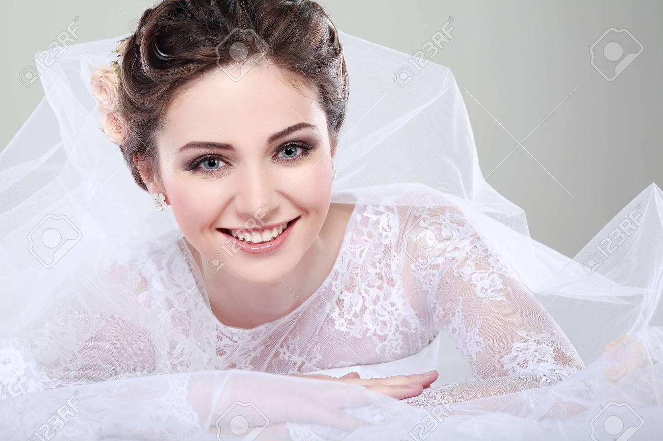 Retrato De La Novia Hermosa. Vestido De Novia. Decoración De La Boda ...