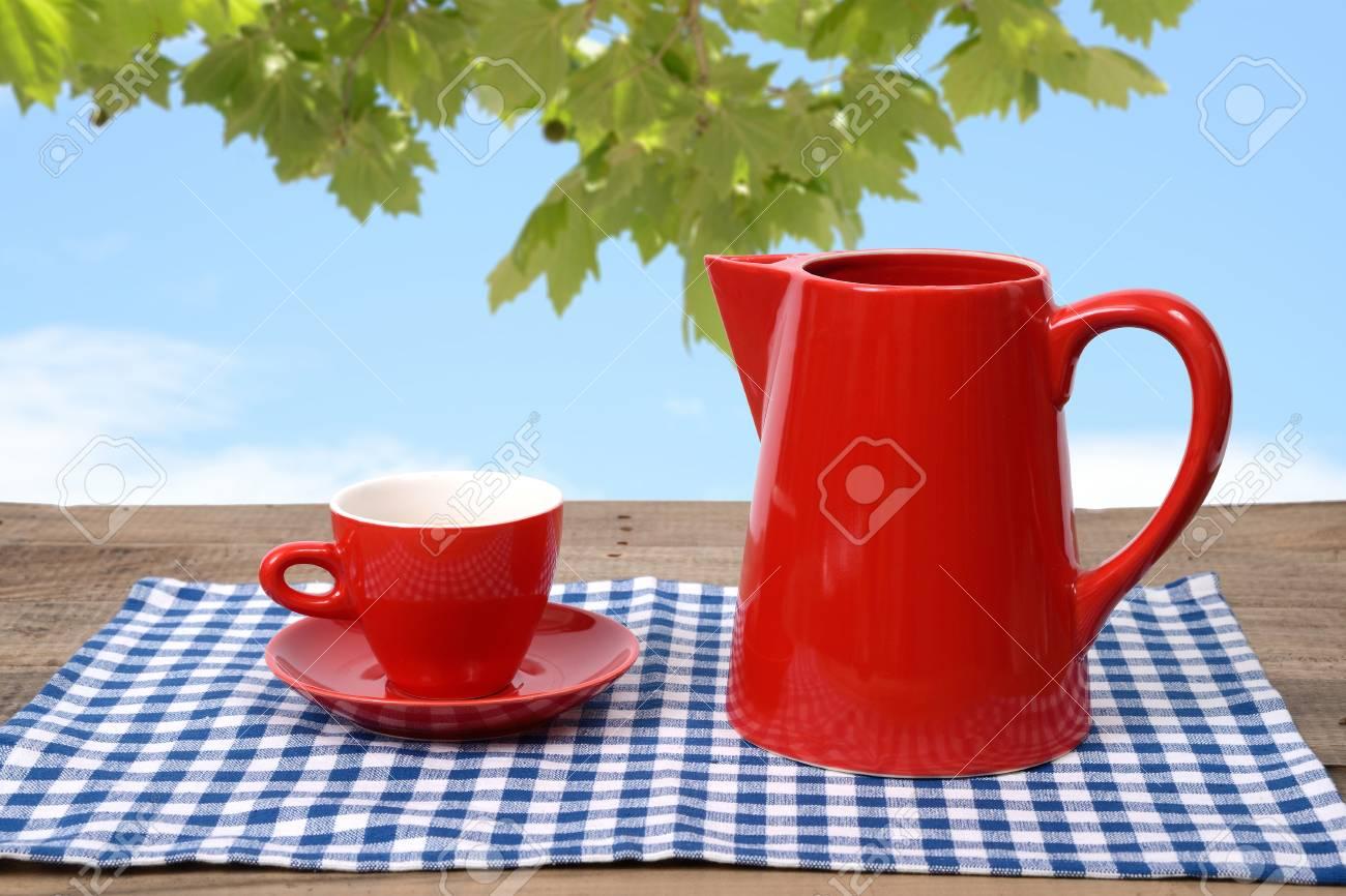Trinkt Kaffee Oder Tee Im Garten Frühling Lizenzfreie Fotos Bilder