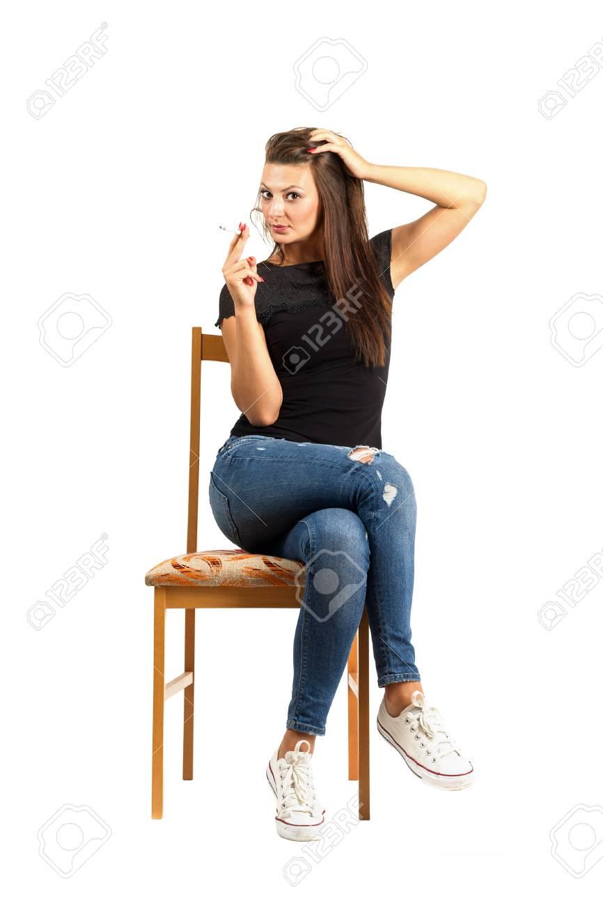 Sentado Mujer Fumar Cigarrillos Mirando A La Cámara. Encuadre De ...