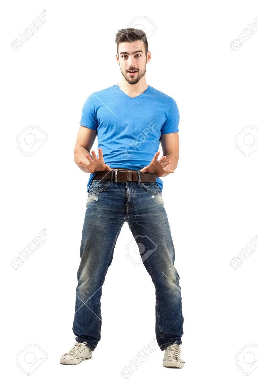 ceef9c2bf8f Banque d images - Drôle jeune homme tirant sa ceinture. La pleine longueur  du corps isolé sur fond blanc.