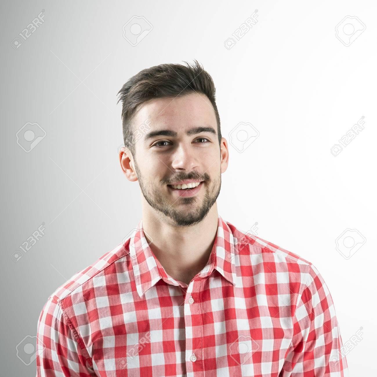 Homme Souriant portrait de jeune homme souriant barbu positif spontanée sur fond