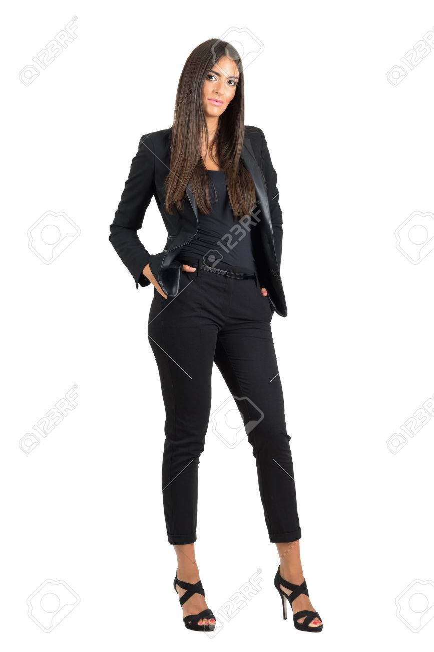 c4fe9c53a Foto de archivo - Mujer de negocios mandona confía en traje negro con las  manos en los bolsillos mirando a la cámara. la longitud del cuerpo Retrato  ...