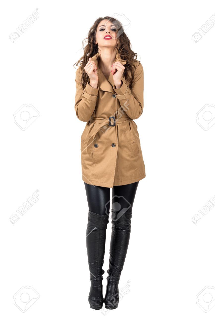 la moitié 947a2 30c66 Sexy femme glamour tenant col de l'automne beige manteau regardant la  caméra. corps plein longueur portrait isolé sur fond blanc studio.
