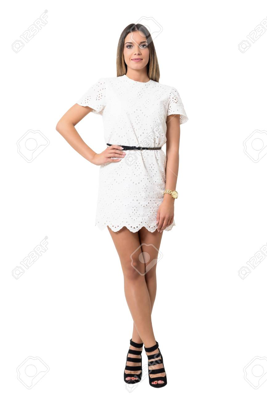 ab6258c19f Belleza relajada feliz de la manera en el vestido blanco del cordón que  presenta en la