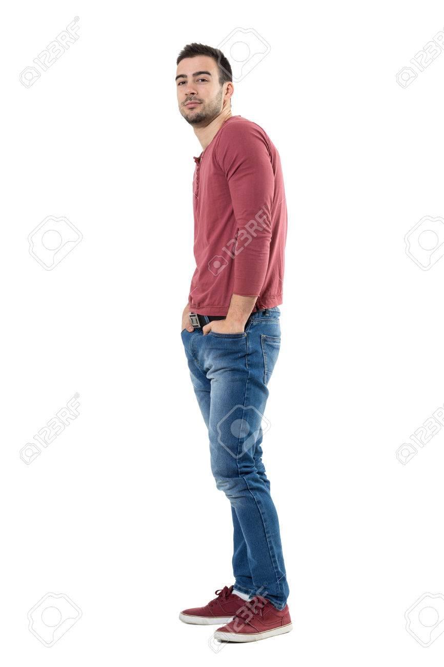 Vista Lateral De Feliz Hombre Confia En Usar Pantalones Vaqueros Y Camisa Roja Con Las Manos En Los Bolsillos Retrato De Longitud Completa Del Cuerpo Aislado Sobre Fondo Blanco Fotos Retratos Imagenes