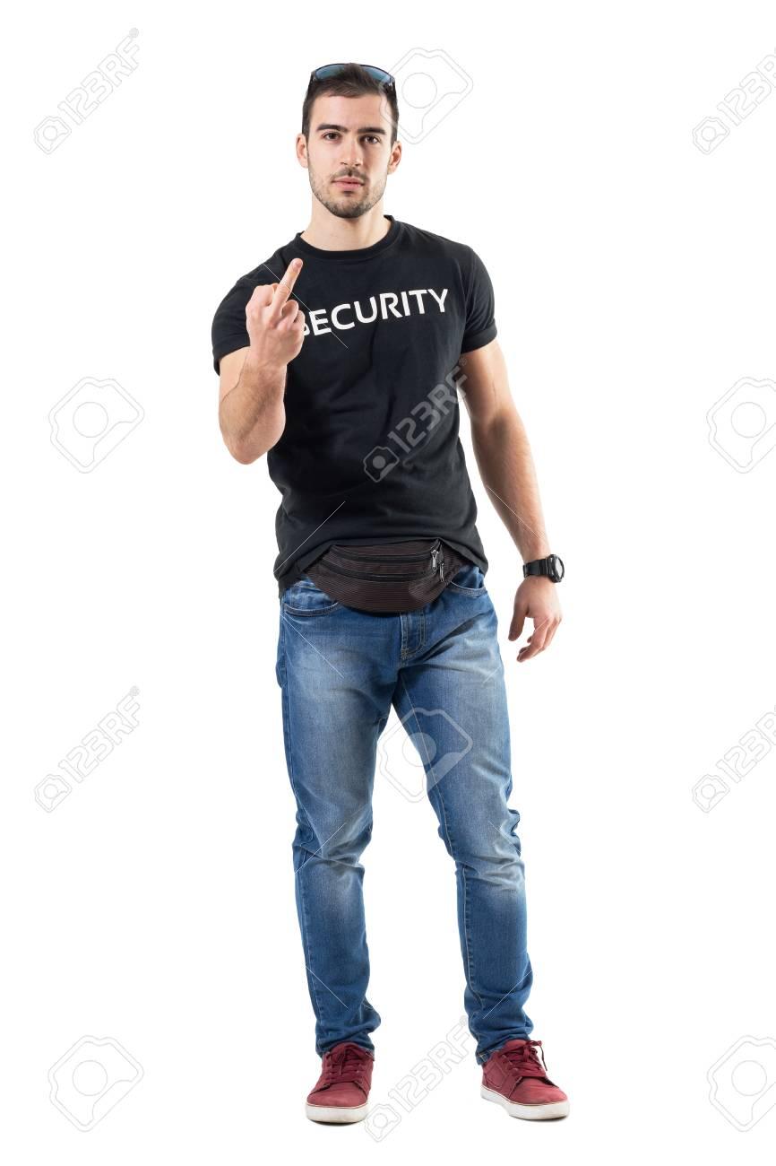 Oficial de policía en la ropa urbana mínima que muestra jpg 866x1300 Ropa  urbana ed0e95b99af