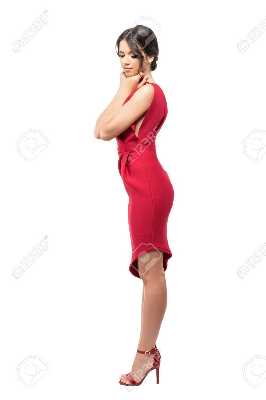new styles 5a38f 12137 Profilo della donna femminile in vestito rosso e tacchi alti con le mani  sul mento che guardano giù. Ritratto di tutta la lunghezza del corpo  isolato ...