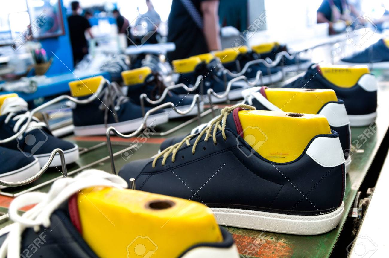 1209797229 Foto de archivo - Línea de producción en la fabricación de calzado  industria del calzado