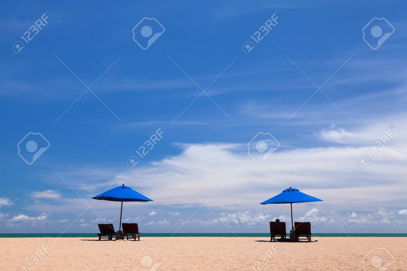 Strandstoel En Parasol.Strandstoel En Parasol Op Het Strand In Phang Nga Thailand