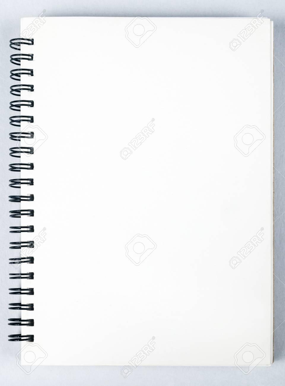 bec9ab462 Cuaderno de dibujo con lápiz en blanco