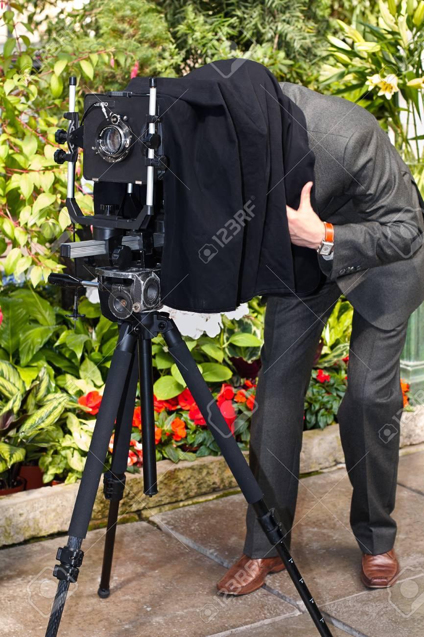 Der Fotograf Fotografiert Die Alte Kamera Im Großformat. Lizenzfreie ...