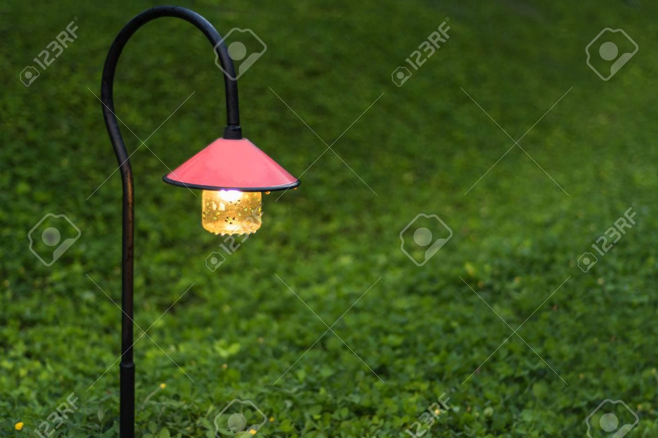 banque dimages belle clairage alle de jardin avec des lampes la nuit