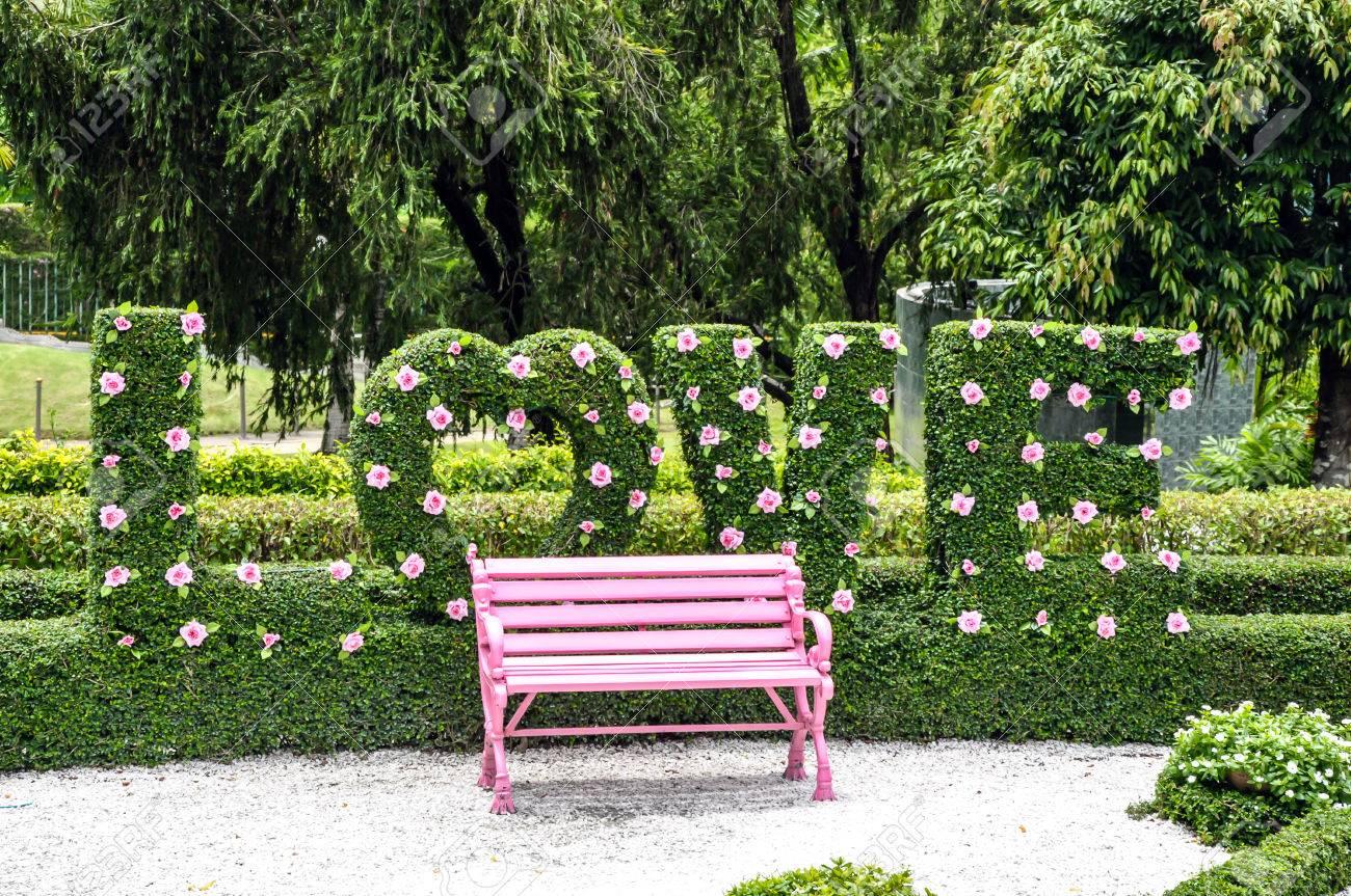 Schöner Garten Mit Rosa Bank Standard Bild   45942472