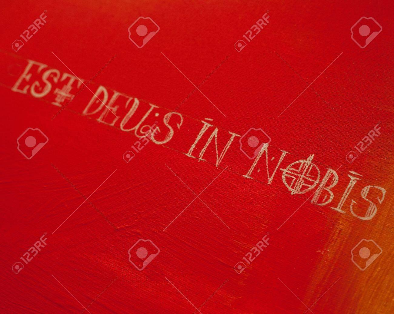 Frase En Latín Deus Est Nobis En Significa Dios Está En Nosotros