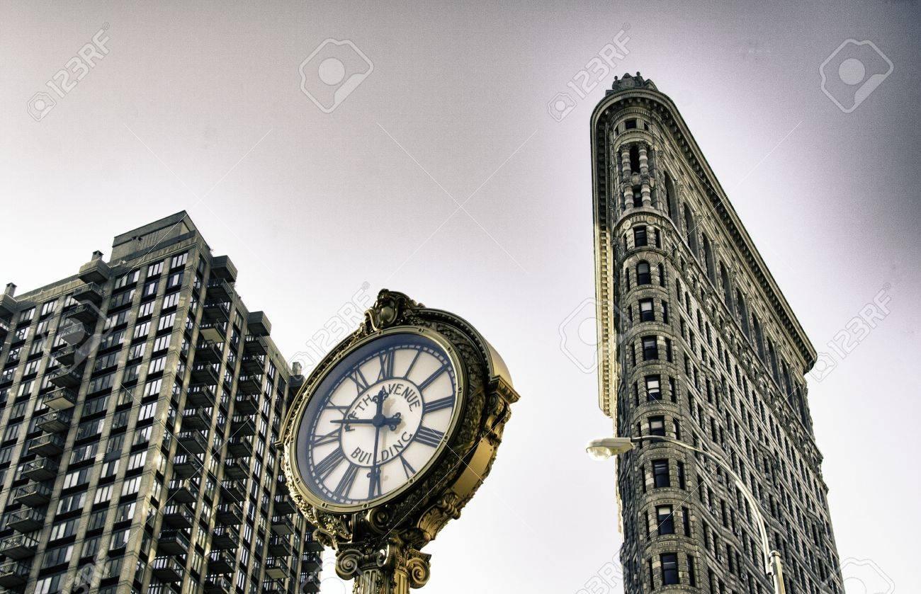 de abajo hacia arriba la vista de los edificios de new york city foto de archivo