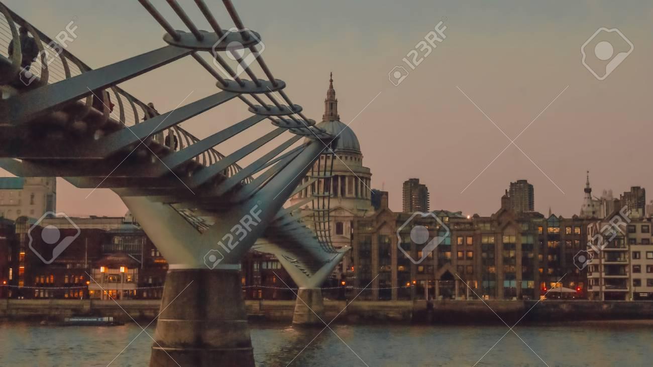 Immagini Stock Londra Regno Unito 23 Febbraio 2016 Ponte Milenium Sopra Il Fiume Di Londra O Il Fiume Tamigi Che è Un Fiume Che Scorre Attraverso L Inghilterra Meridionale Il Millennium