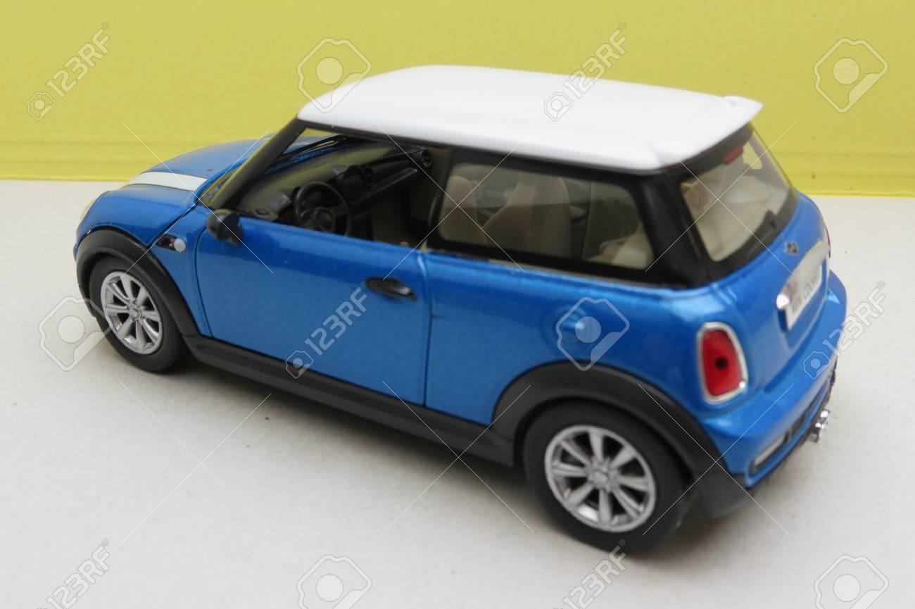 Octobre Mini Voiture Uni Miniature OxfordRoyaume D'une Bleu 2013Avec Blanc Produite Comme Circa 2015Représentation Cooper Clairversion Toit 5AjLq34R