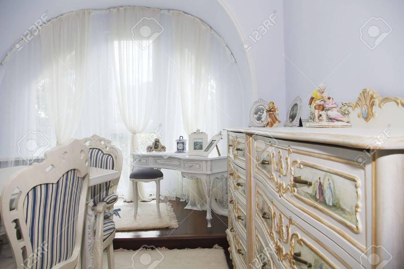 Klassisches Interieur Mit Sessel Und Eine Kommode Gegen Grosse
