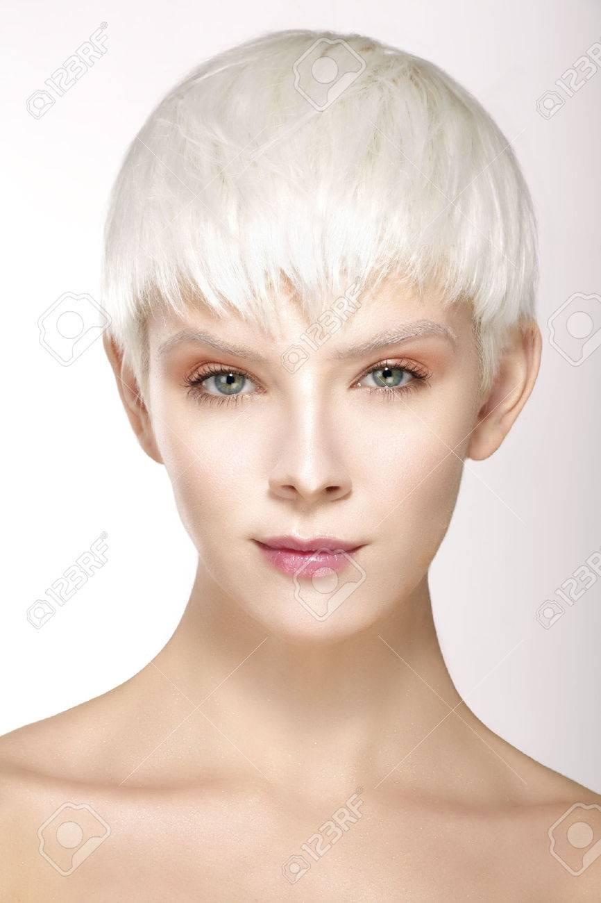 Modele De Beaute Blond Cheveux Courts Montrant Une Peau Parfaite Sur Blanc Banque D Images Et Photos Libres De Droits Image 36360162