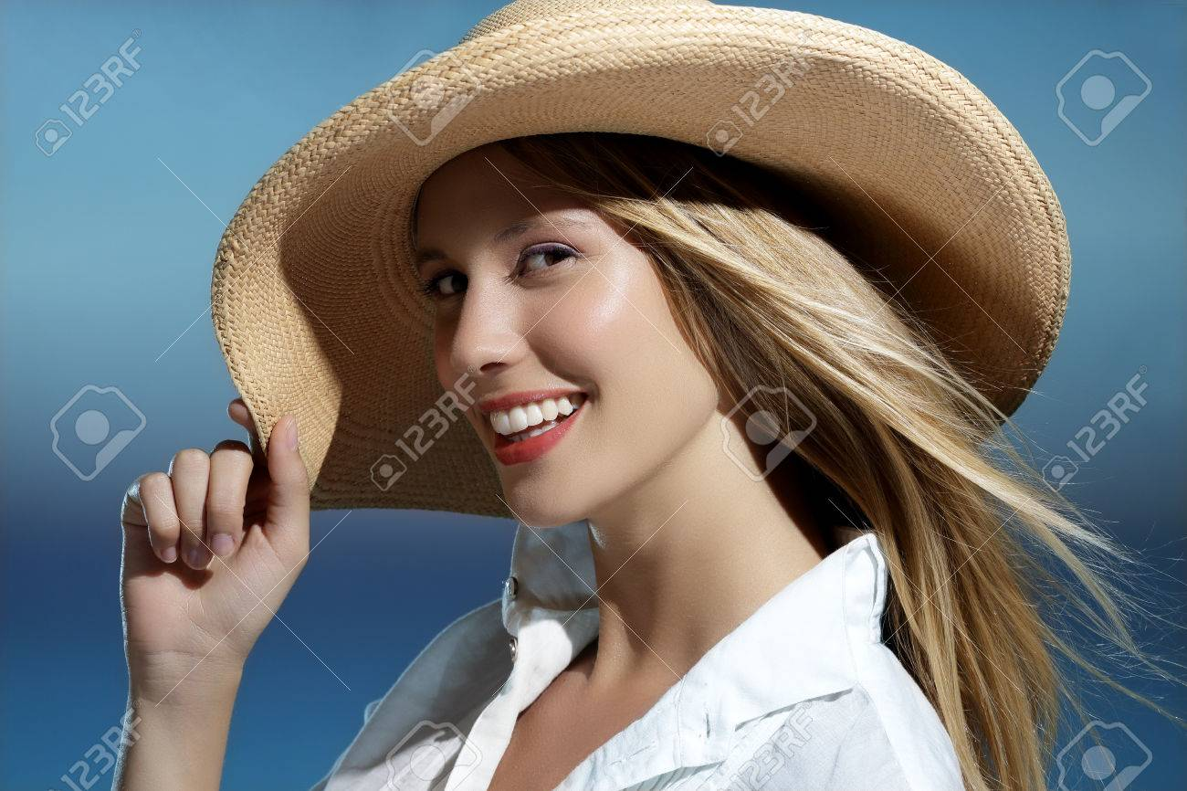 Natural blonde girl smiling wearing an hat on the beach blue sky - 46075917