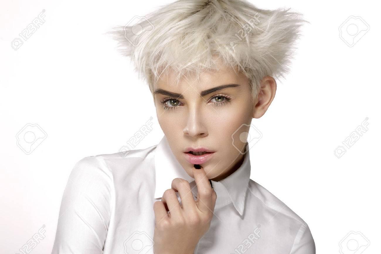 Modele De Beaute Blond Cheveux Courts Montrant Une Peau Parfaite Sur Blanc Banque D Images Et Photos Libres De Droits Image 47721690