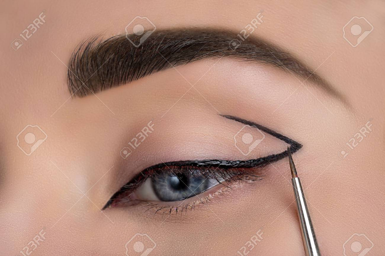 Woman eye with beautiful makeup closeup - 59197643